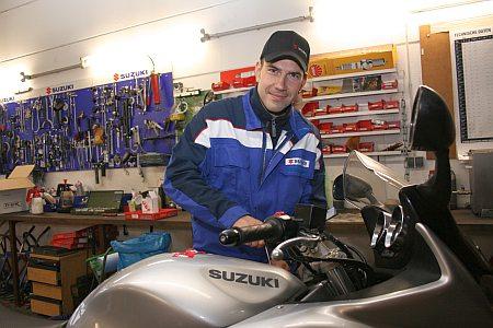 Mechaniker repariert Motorrad
