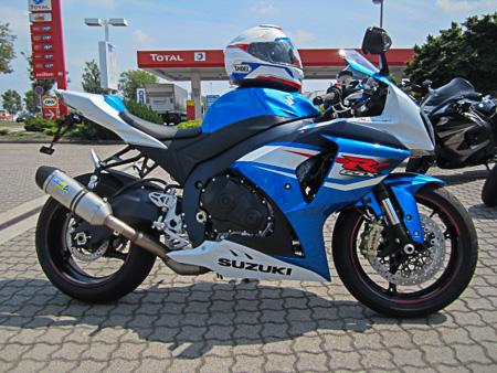 Suzuki GSX-R 1000 mit Helm im gleichen Design